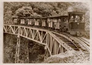 Mineros trasladándose al tajo por ferrocarril. Archivo Histórico de Hunosa