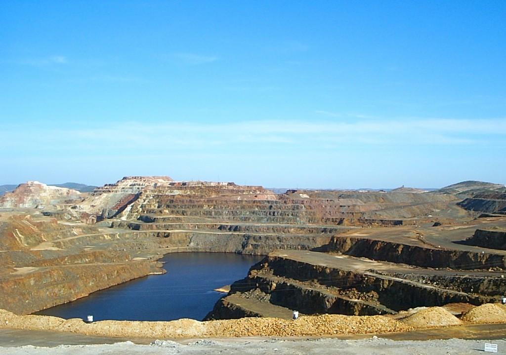 Corta de la explotación de Minas de Riotinto en la que se pueden observar las gamas cromáticas producto de las altas concentraciones de piritas y mineral de cobre.